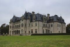Vue arrière de château de cour ocre française de style, Newport photos stock