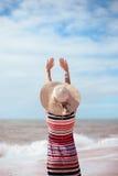 Vue arrière de dame romantique appréciant la plage et le soleil d'été, ondulant en mer Concept du sentiment et de la liberté Photos libres de droits