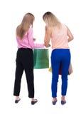 Vue arrière de deux femmes avec des paniers Photographie stock