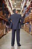 Vue arrière de directeur In Warehouse Images libres de droits