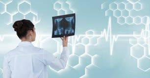 Vue arrière de docteur féminin tenant le rapport de rayon X contre l'interface illustration libre de droits