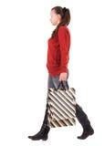 Vue arrière de femme allante avec des sacs à provisions. Image libre de droits