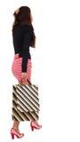 Vue arrière de femme allante dans la robe avec des paniers. Images stock