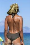 Vue arrière de femme arabe à la plage Images stock