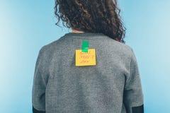 vue arrière de femme avec la note sur bande collante avec d'avril d'imbéciles de jour de lettrage le dos dessus, imbéciles d'avri image stock