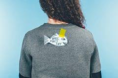 vue arrière de femme avec de poissons le dos tiré par la main dessus, concept de jour d'imbéciles d'avril photo stock