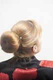 Vue arrière de femme blonde avec des cheveux image libre de droits