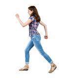 Vue arrière de femme courante dans des jeans Photo libre de droits