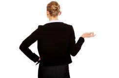 Vue arrière de femme d'affaires gesticulant avec moi ne connais pas le geste Photos libres de droits