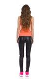 Vue arrière de femme dans des pantalons en cuir Photographie stock libre de droits