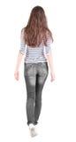 Vue arrière de femme de marche dans des jeans Image libre de droits