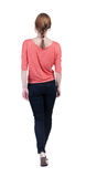 Vue arrière de femme de marche dans des jeans belle fille blonde en m Photo stock