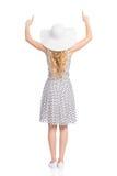 Vue arrière de femme de pointage dans la robe d'été et le chapeau de Sun Photo libre de droits