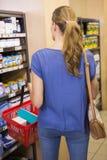 Vue arrière de femme faisant des achats Photographie stock libre de droits