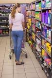 Vue arrière de femme faisant des achats photo libre de droits