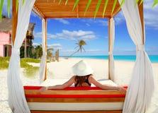Vue arrière de femme tropicale de plage de Gazebo regardant la mer Photographie stock