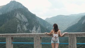Vue arrière de fille de touristes se tenant sur le pont Djurdjevic dans Monténégro, mode de vie de voyage Image stock