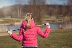 Vue arrière de golfeur féminin avec le club sur l'épaule photos stock