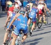 Vue arrière de grand groupe de concurrents de recyclage de triathlon de mâle Images libres de droits