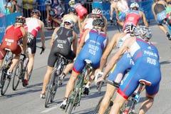 Vue arrière de grand groupe de concurrents de recyclage de triathlon de mâle Photographie stock