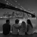 Vue arrière de groupe d'amis à l'amusement New York de coucher du soleil Images stock