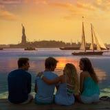Vue arrière de groupe d'amis à l'amusement New York de coucher du soleil Photos stock