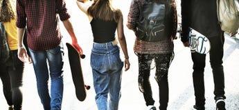 Vue arrière de groupe d'amis d'école marchant dehors mode de vie Photographie stock