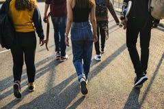 Vue arrière de groupe de marche d'amis d'école Photo stock
