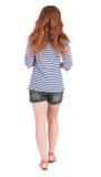 Vue arrière de jeune belle femme rousse de marche Photos libres de droits