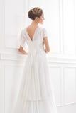 Vue arrière de jeune et belle jeune mariée dans la robe blanche Photos libres de droits