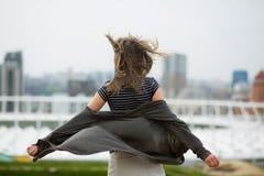 Vue arrière de jeune femme blonde avec les bras ouverts et l'ha de flottement photo libre de droits