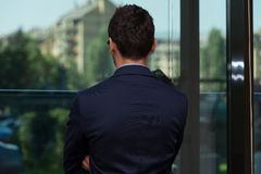 Vue arrière de jeune homme d'affaires In Office Photo stock