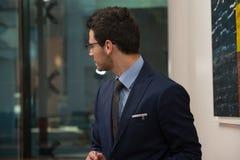Vue arrière de jeune homme d'affaires In Office Photo libre de droits