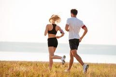 Vue arrière de jeune homme et de femme de forme physique faisant pulser Image stock