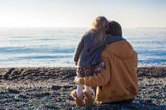 Vue arrière de jeune père et de petite fille au Photo stock