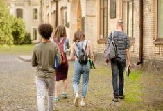 Vue arrière de jeunes étudiants allant à l'université Photographie stock libre de droits