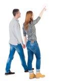 Vue arrière de jeunes couples de marche Images stock
