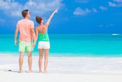 Vue arrière de jeunes couples romantiques heureux tenant des mains sur la plage Photos stock