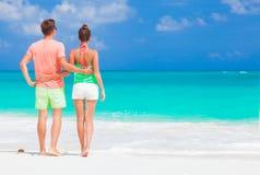Vue arrière de jeunes couples romantiques heureux tenant des mains sur la plage Photographie stock