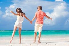 Vue arrière de jeunes couples romantiques tenant des mains sur la plage Photo libre de droits
