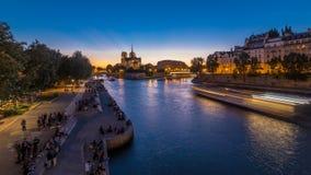 Vue arrière de jour de cathédrale de Notre Dame De Paris au timelapse de nuit après coucher du soleil banque de vidéos