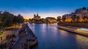 Vue arrière de jour de cathédrale de Notre Dame De Paris au timelapse de nuit après coucher du soleil clips vidéos