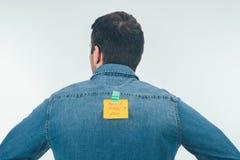 vue arrière de l'homme avec la note sur bande collante avec d'avril d'imbéciles de jour de lettrage le dos dessus, concept de vac images stock