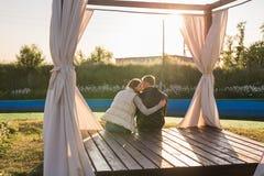 Vue arrière de l'homme embrassant sa femme en nature d'automne photographie stock libre de droits