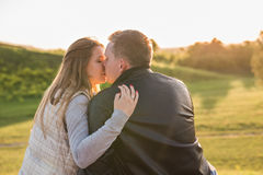 Vue arrière de l'homme embrassant sa femme en nature d'automne photo libre de droits