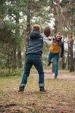 vue arrière de la boule de lancement de petit garçon à engendrer image libre de droits