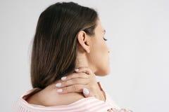 Vue arrière de la douleur de jeune femme de la douleur cervicale photographie stock libre de droits