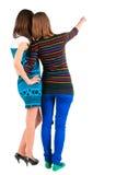 Vue arrière de la femme de brune de deux jeunes se dirigeant au mur Images libres de droits