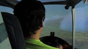 Vue arrière de la formation de l'homme pour diriger des avions en ciel nuageux, simulateur de vol banque de vidéos