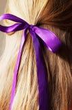 Vue arrière de la jeune femelle avec poils droits de beauté de longs dedans image stock